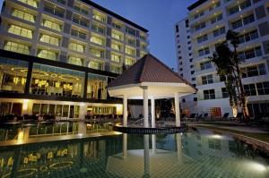 Centara Pattaya Hotel - Pool & Building (night)